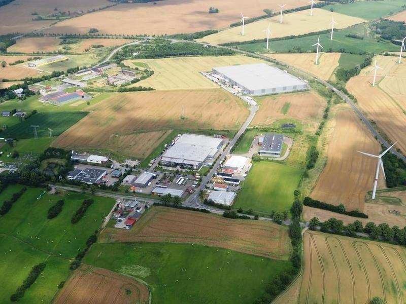 Das Gewerbegebiet Schonberg 'Sabower Hohe' aus der Luft ( Luftbild aus Juli 2016 LGE )