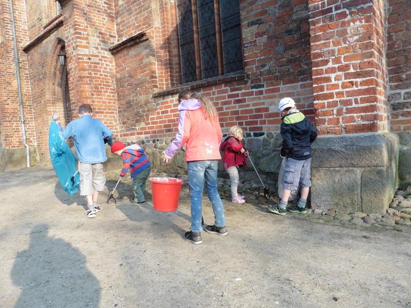 """Aktion """"Saubere Stadt"""":  Stadtputz an der Kirche / Quelle: Thorsten Schlaberg"""